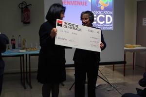 Marianne Fraenkel du Rotary de Houilles- Bezons- Sartrouville remet le chèque à la présidente d'ECD Djamila Boussada.