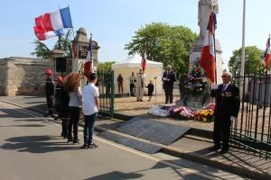 Recueillement après le dépôt de gerbes. Un hommage pour ces « morts pour la France ».
