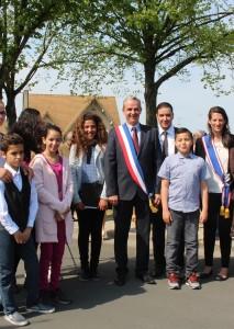 La délégation d'enfants d'ECD Sartrouville en compagnie du Maire Pierre Fond, d'Alexandra Dublanche, son adjointe, du vice-président et de la présidente de l'association Mohamed Guirrati  et Djamila Boussada.