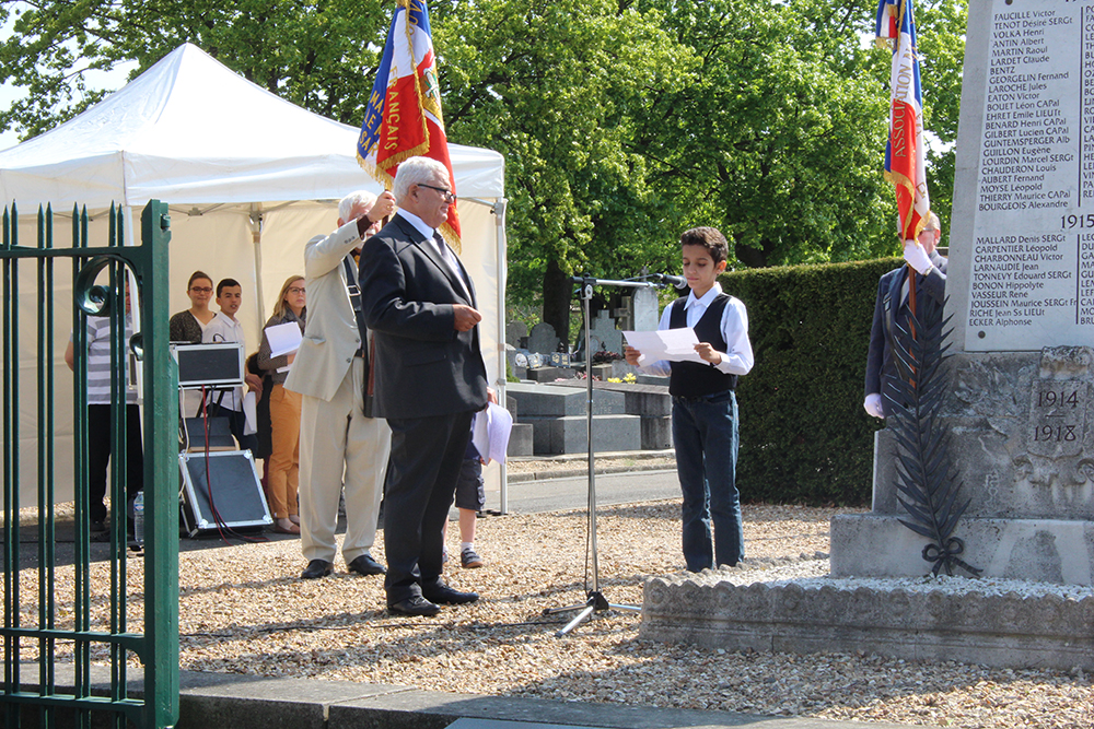 Commémoration du 8 Mai 45 : nos jeunes lisent les noms des soldats morts pour la France